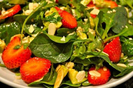 Салат из авокадо и клубники