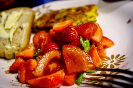 Салат из помидоров и клубники
