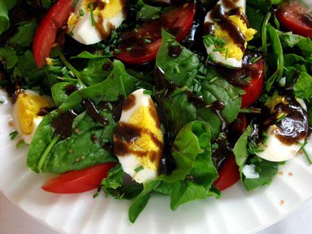 Салат с помидорами и шпинатом