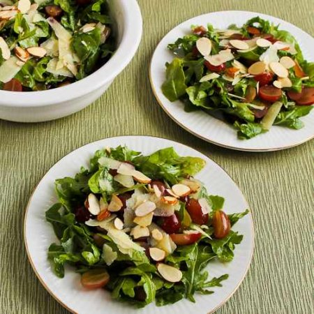 Салат с рукколой и виноградом