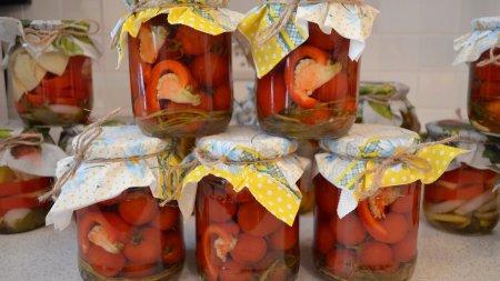 Маринованные помидоры черри с перцем ратунда