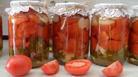 Салат из розовых помидор на зиму