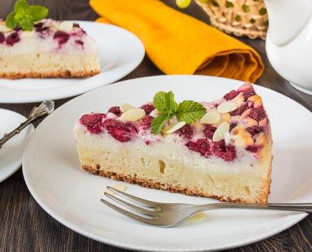 Пирог с малиной и сливочным сыром