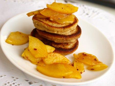 Ржаные оладьи с яблочно-медовым топпингом