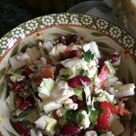 Салат с красной фасолью и сыром