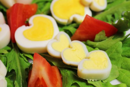 Яйца в форме сердечек и лепестков. Украшение к столу за 5 минут