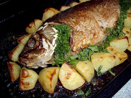 Запеченный карп с картошкой