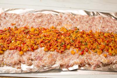 Рубленый мясной рулет со сладким перцем