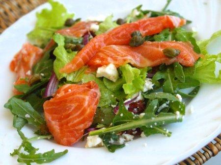 Салат с малосольной форелью и козьей брынзой