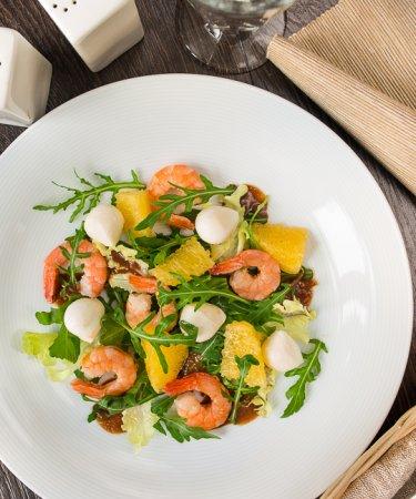 Салат с креветками, апельсином и ореховой заправкой