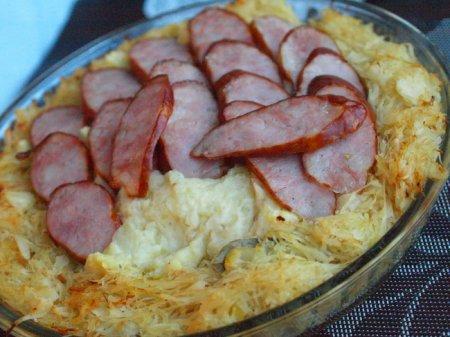 Запеканка с картофелем, квашеной капустой и копченой колбасой