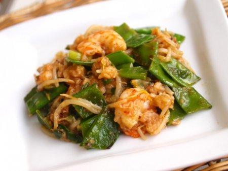 Хрустящий стир-фрай с креветками и зеленым горошком