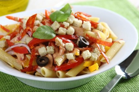 Салат из макарон и салями
