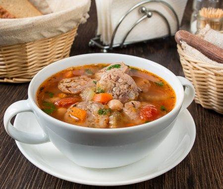 Суп с деревенскими колбасками и нутом