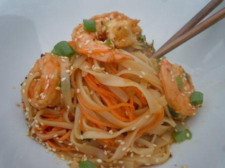 Салат из лапши и креветок по-азиатски