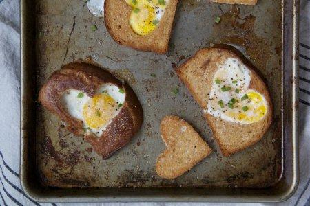 Тост с яйцом в виде сердца