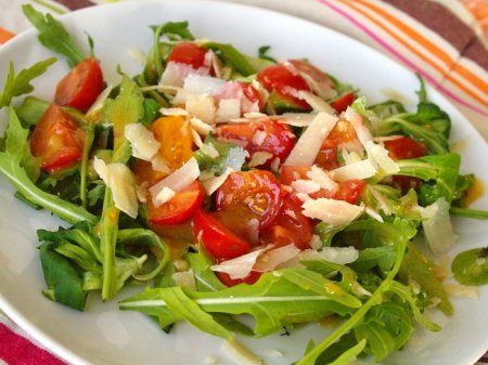 Салат с пряными помидорами черри