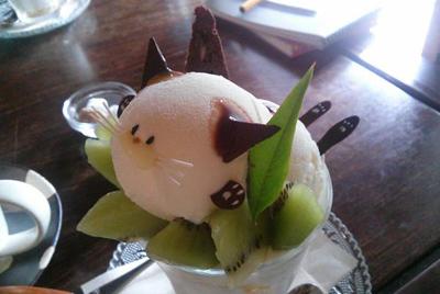 Японское кафе готовит десерты в виде котов