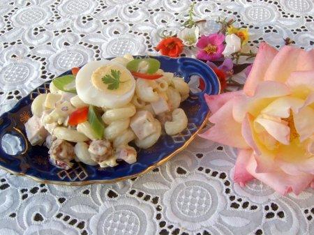 Cалат с макаронами и яйцом