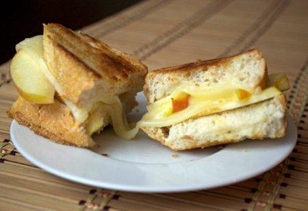 Бутерброды с сыром и яблоком в микроволновке