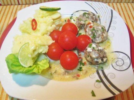 Фрикадельки, запеченные в духовке со сливочным соусом и грибами