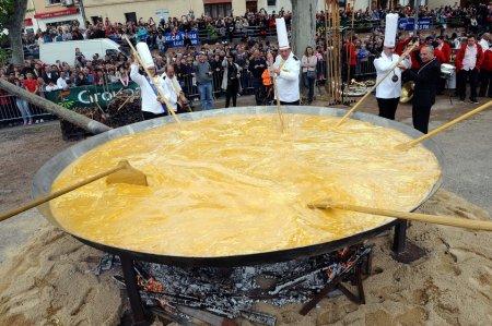 Во Франции приготовили гигантский омлет
