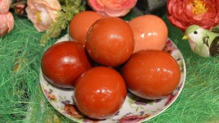 Как покрасить яйца в луковом отваре
