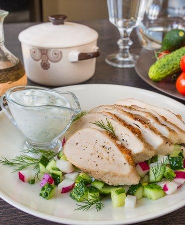 Куриная грудка с весенним салатом