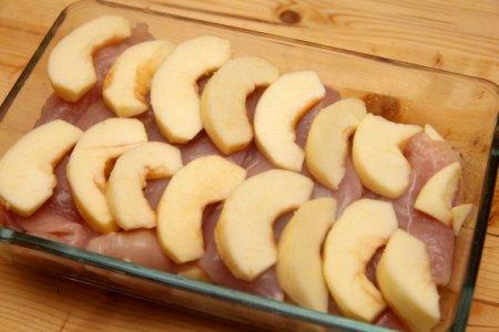 Куриная грудка с яблоками в сливках