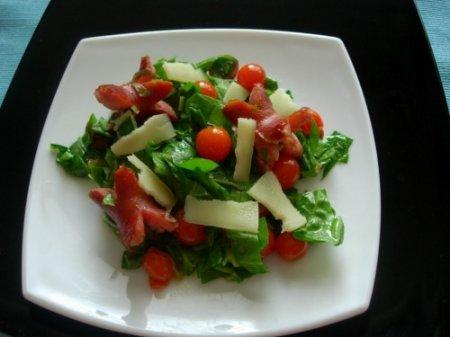 Салат со шпинатом и сосисками