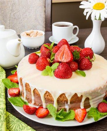 Торт с заварным шоколадным кремом и клубникой