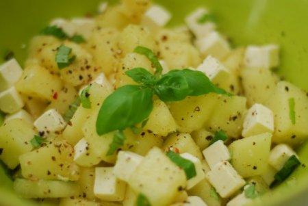 Салат с дыней и сыром фета