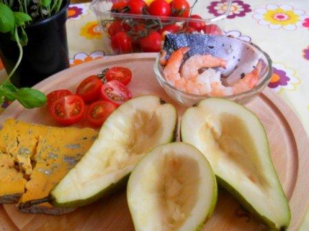 Запеченная груша с креветками и сыром