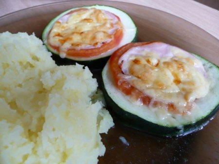 Кабачки с ветчиной, сыром и помидорами
