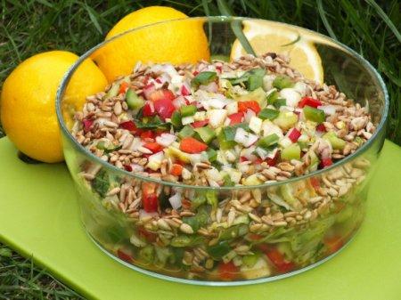 Зеленый салат с грушей и редисом