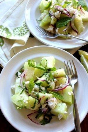 Салат из дыни с сыром и луком