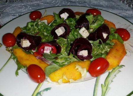 Салат из свеклы с манго и рассольным сыром