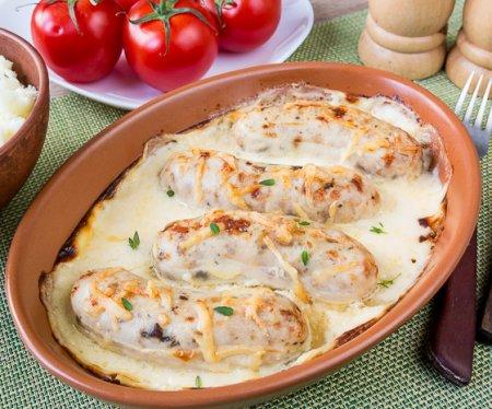 Куриные колбаски, запеченные в белом соусе