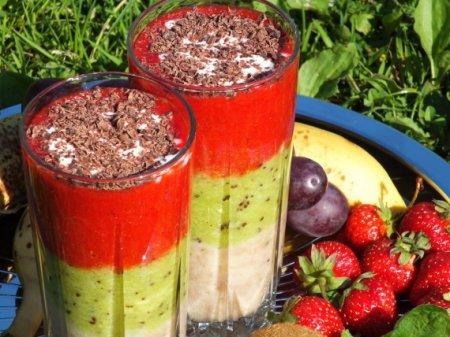 Трехцветный фруктовый коктейль