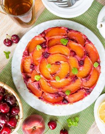 Бисквитный пирог с персиками и вишней