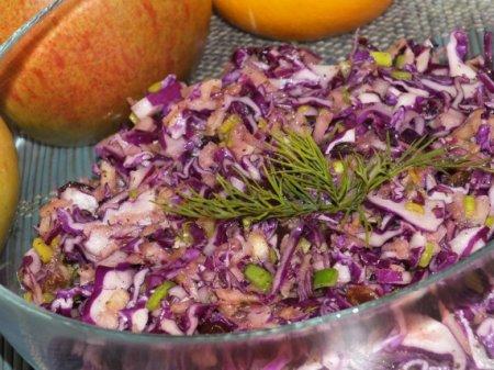 Салат с красной капустой и изюмом