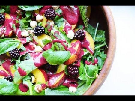 Летний салат с ежевикой и нектарином