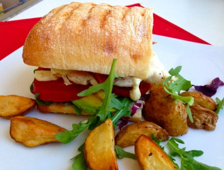 Сендвич с куриным филе, овощами и прошутто