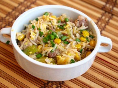 Жареный рис с яйцом, кукурузой и свининой