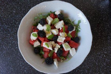 Салат с арбузом, рукколой и фетой
