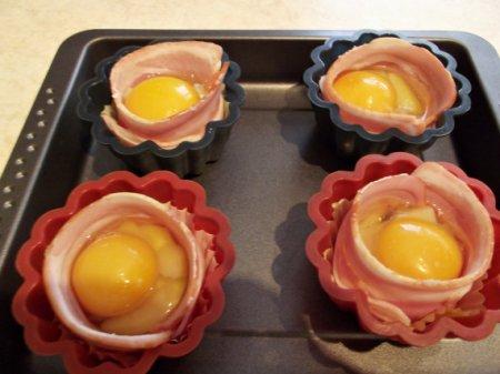 Гнезда из бекона с яйцами