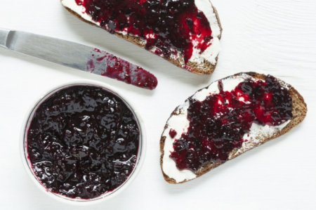 Варенье из черноплодной рябины со сливами