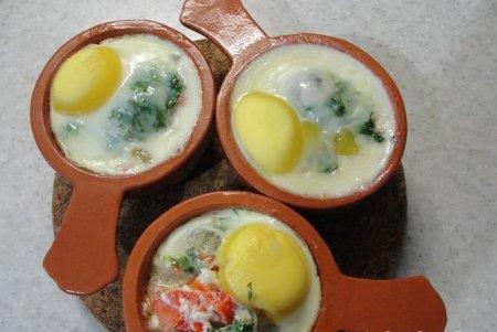 Яйца-кокот с помидорами и болгарским перцем