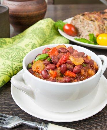 Красная фасоль, тушенная с овощами