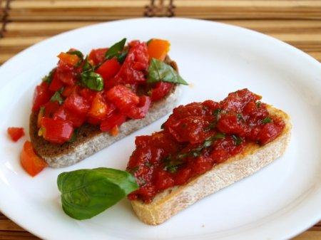 Брускетты со свежими и консервированными помидорами